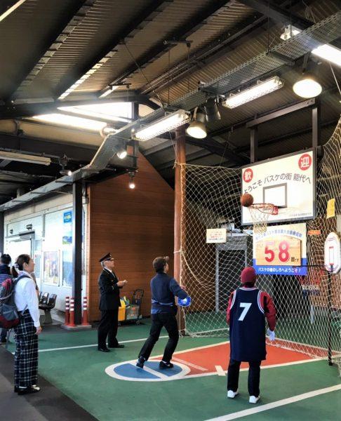 Basketball shooting challenge at Noshiro Station.