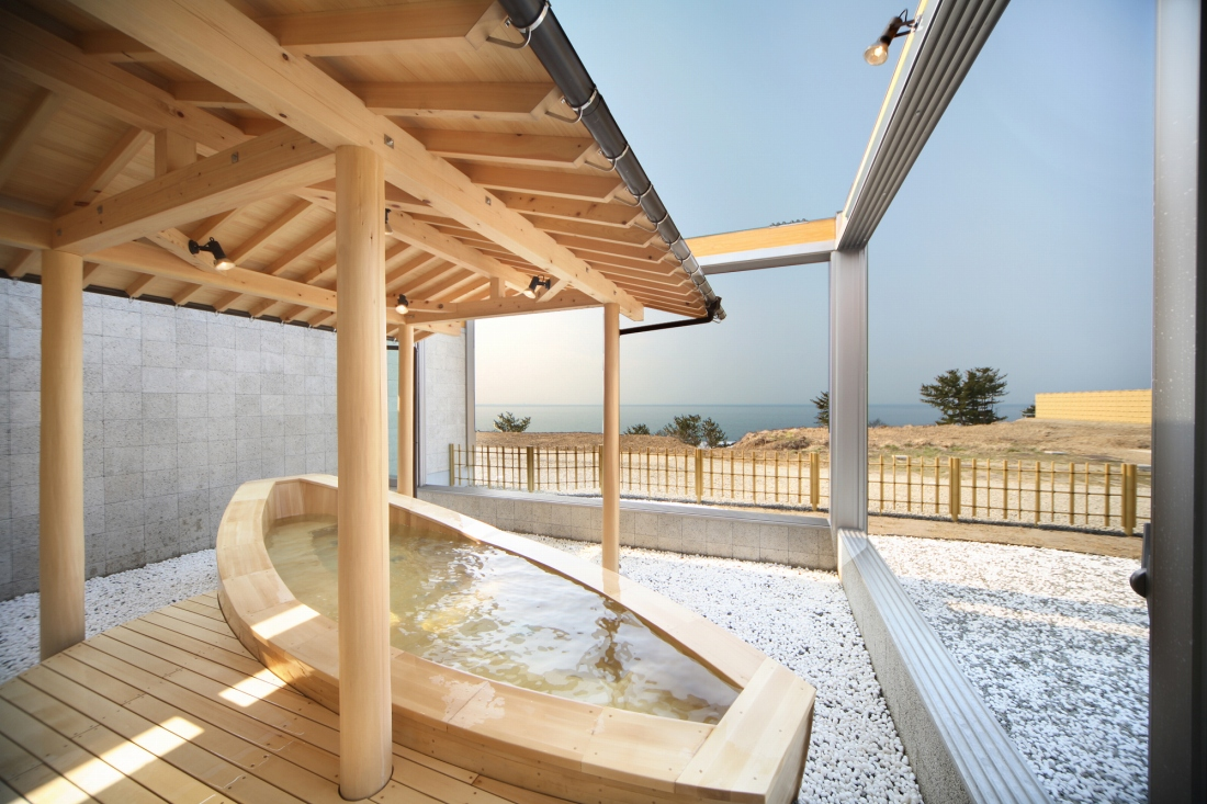 Outdoor onsen at Hatahata Kan in Happo Town.