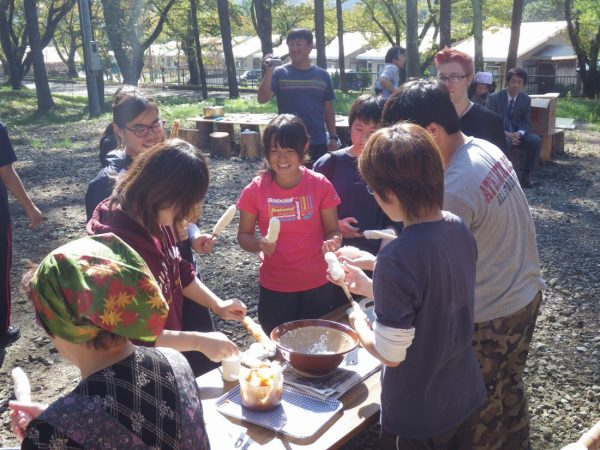 Making kiritanpo with locals.